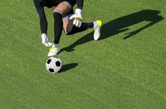 Één mens die van de voetballerkeeper bal groene gr. werpen royalty-vrije stock foto
