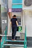 Één mens gebruikt een straat ATM om contant geld terug te trekken Royalty-vrije Stock Foto