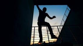 Één mens het proberen doet stunts op een raad, langzame motie stock videobeelden