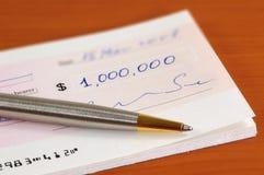 Één miljoen dollar cheque stock foto's