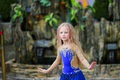 Één mooi jong meisje past een moderne danser in een blauw en kostuum, een jonge danser die, die Dans met een sjaal dansen springe royalty-vrije stock afbeelding