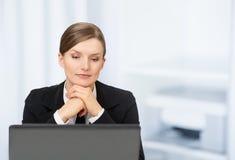 Één mooie bedrijfsvrouw met laptop in het bureau Royalty-vrije Stock Fotografie