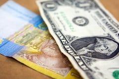 Één Oekraïense Hryvnia en Amerikaanse dollar Amerikaans Geld Stock Afbeelding