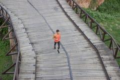 Één opgeheven mening van de mensenlooppas jogging boven hoogte Royalty-vrije Stock Foto's