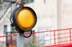 Één oranjegeel signaallicht Stock Fotografie