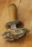 Één organische oester en een te openen mes Royalty-vrije Stock Afbeeldingen