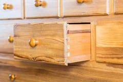 Één oude houten die lade van de voorzijde wordt geopend stock afbeeldingen