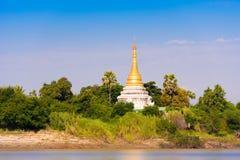 Één pagode op de banken van de Irrawaddy-rivier, Mandalay, Myanmar, Birma Exemplaarruimte voor tekst Royalty-vrije Stock Afbeelding