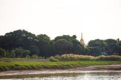Één pagode op de banken van de Irrawaddy-rivier, Mandalay, Myanmar, Birma Exemplaarruimte voor tekst Stock Foto's