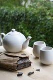Één pak van zwarte natuurlijke thee met witte waterketel en twee koppen Royalty-vrije Stock Afbeelding