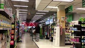 Één partij van mensen het winkelen binnenkant bespaart op Voedsel stock footage