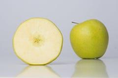 Één plak van appel en één gehele appel Royalty-vrije Stock Foto