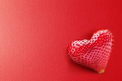 Één rijk aardbeifruit in vorm van hart. Stock Foto