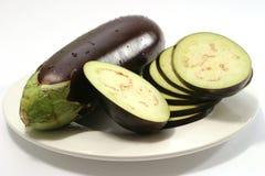 Één rijpe aubergine en plakken Royalty-vrije Stock Fotografie