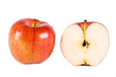 Één rode appel en de helft Royalty-vrije Stock Foto's
