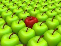 Één rode appel onder achtergrond van groene appelen Stock Afbeeldingen