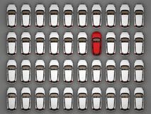 Één rode auto onder veel witte auto's Royalty-vrije Stock Foto's