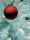 Één rode Kerstmisbal Stock Foto's
