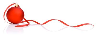 Één rode Kerstmisbal en band   stock afbeeldingen