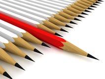 Één rode potloodleider in een rij van witte anderen Stock Fotografie