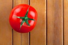 Één rode tomaat Stock Afbeeldingen