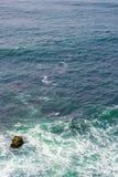 Één Rots in Oceaan royalty-vrije stock fotografie