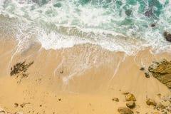 Één Rots in Oceaan stock afbeelding