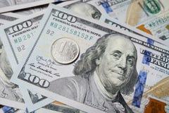 Één Russische roebel tegen de achtergrond van dollars 3d teruggegeven illustratie Stock Foto