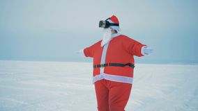 Één Santa Claus in VR-glazen, sluit omhoog stock footage