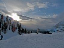 Één skiër begint zijn race stock foto