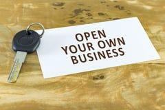 Één sleutel met witte spatie op lijst Open uw eigen zaken stock afbeelding