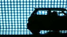 Één stuk speelgoed auto die in een andere verpletteren Verkeersongevalconcept Super langzame geanimeerde video stock footage