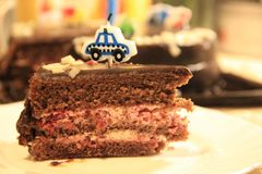 Één stuk van feestelijke chocoladecake met een kaars stock afbeeldingen