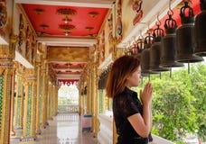 Één Thais jong meisje die in tempel bidden Royalty-vrije Stock Fotografie