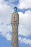 Één toren van de moskeeminaret die op hemel wordt geïsoleerdt backgroun royalty-vrije stock afbeelding