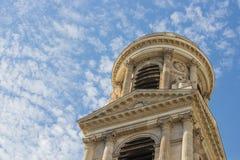 Één toren van Heilige Sulpice, Parijs, tegen gevlekte wolken Royalty-vrije Stock Afbeelding