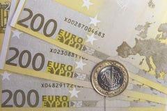 Één Turkse Lire op Euro bankbiljetten Stock Afbeeldingen