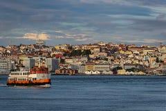 Één van botencacilheiros, die de verbinding, in de rivier Tagus, tussen Lissabon en Almada maken royalty-vrije stock foto