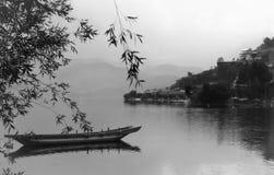 Één van de dorpen die op de kusten van Lugu-Meer, Yunnan Sichuan, West-China kunnen worden gevonden stock afbeeldingen