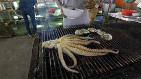 Één van de gemeenschappelijkste schotels van het tropische gebied: gebraden octopus stock afbeeldingen