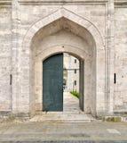 Één van de ingangen die tot het hof van Suleymaniye-Moskee leiden Stock Foto
