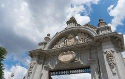 Één van de ingangsbogen aan Parque del Buen Retiro voor blauwe hemel, Madrid stock foto's