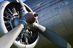 Één van de motoren van een oud gespeend gevechtsvliegtuig stock foto's