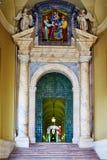 Één van de officiële ingangen aan het Vatikaan, dat door de Zwitserse Wacht in Rome wordt beschermd Stock Afbeeldingen