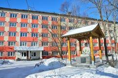 Één van de oude gebouwen van de Federale Universiteit van het Verre Oosten (FEFU) op Oceaanweg in Vladivostok stock fotografie