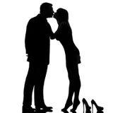 Één van de paar kussende man en vrouw blootvoetse tiptoe Royalty-vrije Stock Foto's