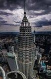 Één van de petronas tweelingtoren en de de stads scape mening van Kuala lampur vanaf bovenkant, Maleisië, 2017 stock afbeeldingen