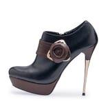 Één van de schoenen zwarte en bruine stiletto's van vrouwen met een decoratieve riem royalty-vrije stock foto's