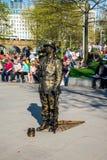 Één van de straat kleedde omhoog uitvoerders dichtbij Jubileumtuinen en het wiel van de het Oogobservatie van Londen royalty-vrije stock fotografie