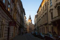 Één van de straten in historisch centrum van Krakau T Stock Foto